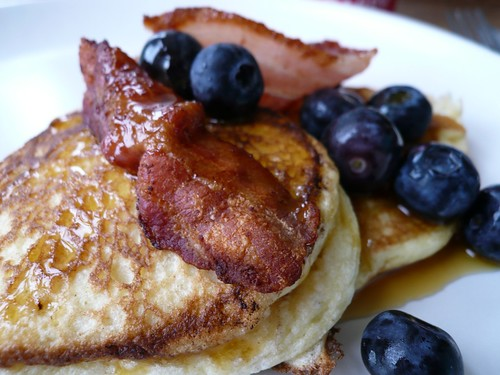 Ricotta hot cakes with bacon, blueberries and maple syrup