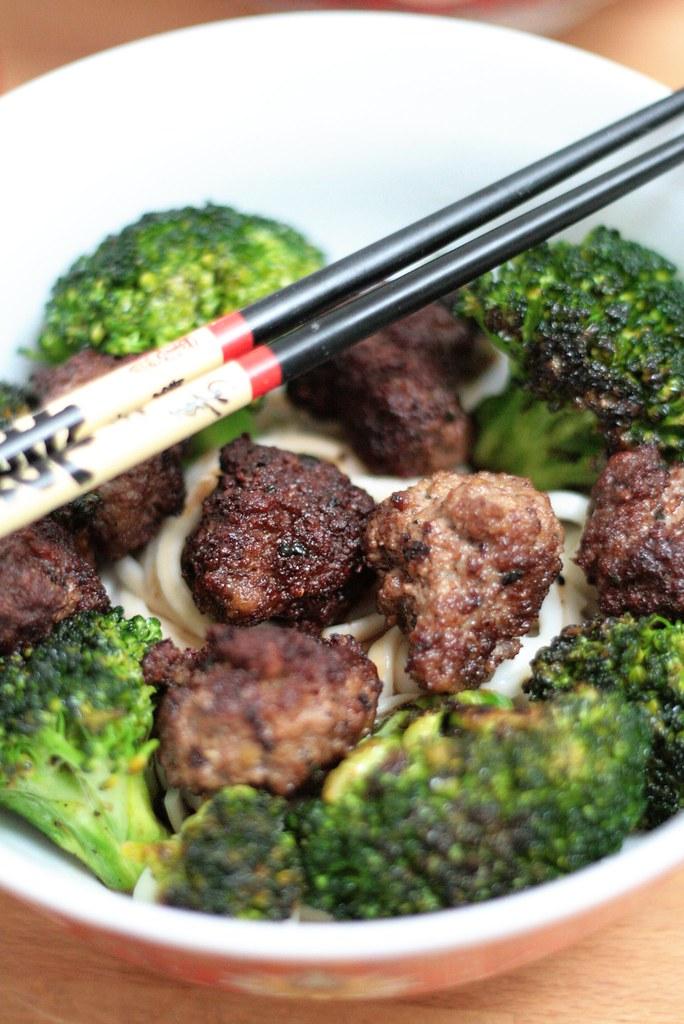 Udon, brocoli & boulettes de boeuf