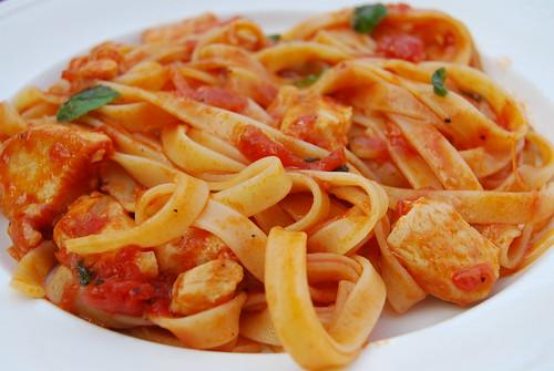 pasta met kip en tomatensaus