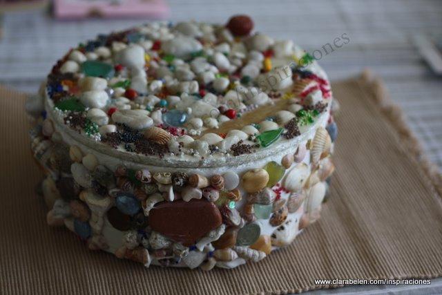 Caja decorada con piedras, semillas y conchas. resultado final.