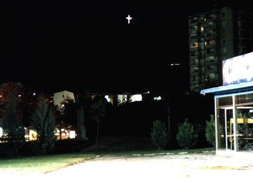Cruz Iluminada no Monte Vodno vista de Skopje, Macedónia
