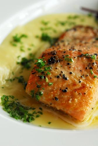 Grilled salmon in lemon butter sauce - DSC_1346