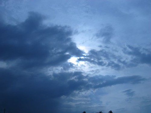 Bersembunyi di balik awan