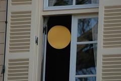 窓の中の満月