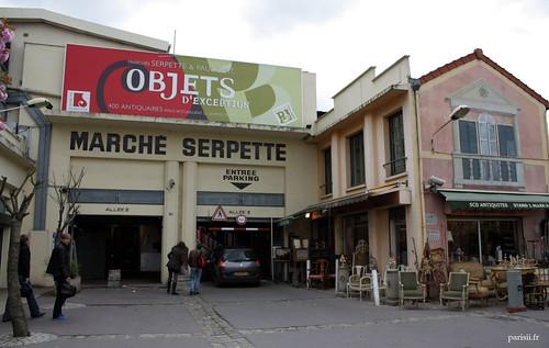 Grande entrée du parking du marché Serpette, et un joli trompe loeil sur limmeuble jouxtant lentrée