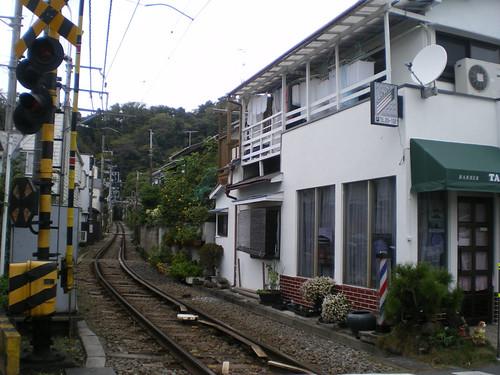 Barbería con entrada desde la vía del tren