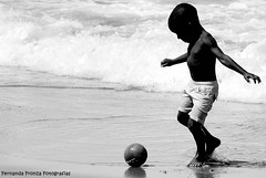 A magic moment. (Fernanda Fronza) Tags: boy bw praia beach soccer magic pb momento moment menino futebol mgico feza
