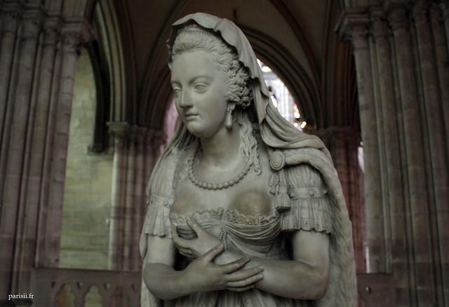 Marie-Antoinette porte des vêtements anachroniques