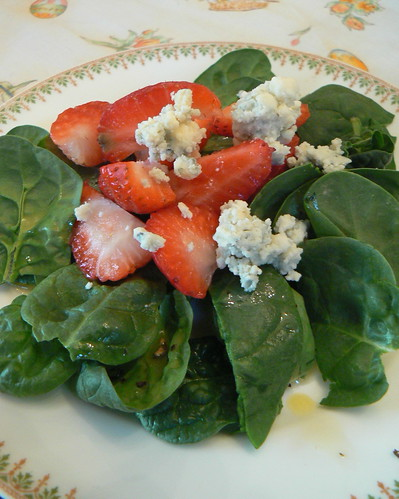Spnach salad with stawberries and blue cheese