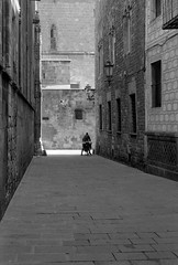 People of Barcelona - On the road again (Jean-Louis Piraux) Tags: barcelona bw bicycle nb hp5 rokkor minoltaxd7 bnvitadistrada