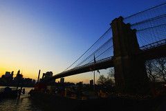 La nit creix sobre Brooklyn / The night begins in Brooklyn (SBA73) Tags: nyc bridge sunset sky usa ny newyork tower brooklyn puente torre unitedstates manhattan cel landmark cables cielo brooklynbridge eastriver pont hanging neogothic estadosunidos nuevayork fultonferry vespre icona colgante novayork neogotic puentedebrooklyn penjant neogotico flickrsbest estatsunits aplusphoto pontdebrooklyn 100commentgroup mygearandmepremium mygearandmebronze