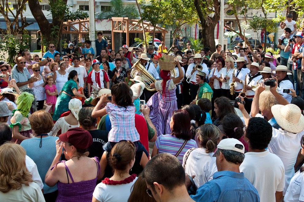 Mercado Guazu, un evento llevado a cabo en las principales plazas del Microcentro, Actores de teatro bailan Musica Paraguaya al son de la Bandita (Elton Núñez - Asunción, Paraguay)