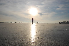 Ice skating on the lake, we love it (Maarten van den Berg) Tags: winter girls sun ice netherlands iceskating aalsmeer zon ijs schaatsen wintershot reflectingsun westeinderplas winterinholland2009 nederlandschaatst