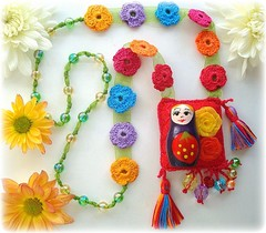 A matrioska e as flores (Lidia Luz) Tags: flower necklace beads handmade crochet flor jewelry felt bijoux bijuteria feltro colar matrioska matrioshka bijouteria croch babushska lidialuz
