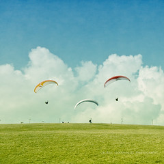 ^-^ (George Goodnight) Tags: blue sky green texture grass sport clouds nikon himmel wolken explore gras grn paragliding blau rollingstones rhn wasserkuppe gleitschirmfliegen omot getoffofmycloud nikond300 pareeericatexture