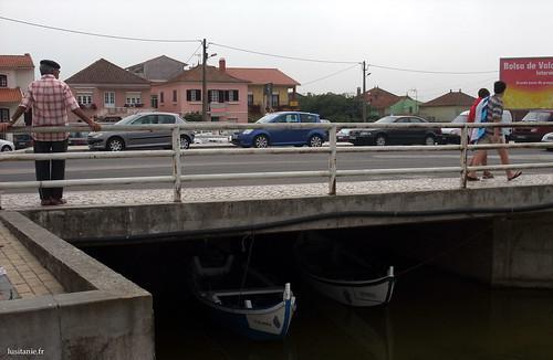 Olhe por baixo da ponte, dois barcos de pesca, um às cores do FC Porto, e outro às cores do Sporting!