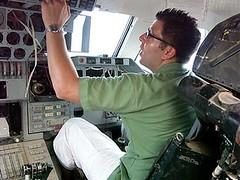 Produtor de TV Maier extasiado no Cockpit do Buran (Blogpaedia) Tags: buran nibusespacial sovitico espaonave barein
