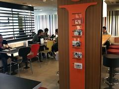 渋谷駅新南口のおしゃれになったマクドナルドで朝のカフェラテなう