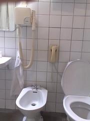 Finn fem fel (mismisimos) Tags: cameraphone shozu geotagged telefon hotell toalett badrum bid n82 hrtork nokian82 geo:lon=1480970 geo:lat=5687757