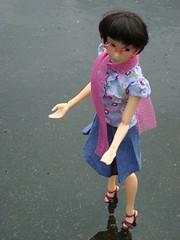 Auf Regenfhlung gehen (britta.haesslich) Tags: rain toy toys doll dolls barbie plastic spielzeug regen regn puppe plasticpeople nass leker plastik sjal momoko schal dukke plast spiegeln lekety pantau vt susiedoll rosaschal speiler rosasjal