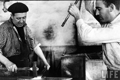 Fábrica de espadas, damasquinado y armaduras de Toledo en 1965. Fotografía de Carlo Bavagnoli. Revista Life (5)