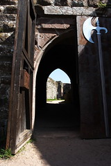 Fleckenstein, la porte (Audrey JW) Tags: france castle history monument 350d alsace histoire chteau 1740mm ruines vestiges basrhin fleckenstein chteaudufleckenstein lempach auteuraudreyjw
