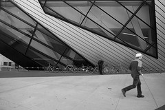 Running to The ROM (Steve 16:9 ) Tags: rom downtowntoronto bloorstreet tgamcitystreetscapes