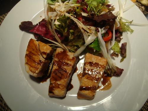 Solomillo de atún a la plancha con salsa de soja y piquillos confitados