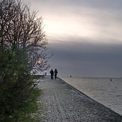 Ensemble (of-etoile1) Tags: sea mer gris evening lovers ciel larochelle nuage soir amoureux charentemaritime promeneurs multimegashot