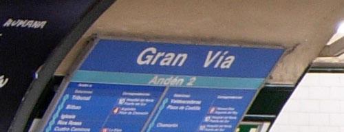Rótulo con un doble espacio en el mensaje de la línea 1 en la estación de Gran Vía en el Metro de Madrid
