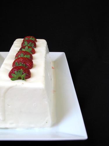 Mattonella allo yogurt con fragole e fragoline