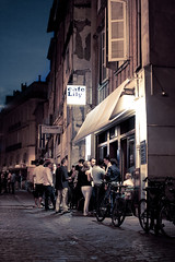 Caf Lily, Toulouse (Benoa) Tags: street old city light party summer people house france caf bar night canon 350d cafe nice moody feel bikes sigma toulouse rue nuit ville vlos 30mm caflily