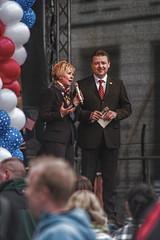 Obamaltmarkt: OB Orosz und ein Anzugträger (henscheck) Tags: dresden bühne luftballon altmarkt oberbürgermeisterin obamania helmaorosz