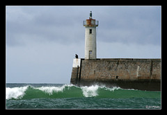 Le Raoulic une fois de plus (jo.pensel) Tags: ocean sea mer lighthouse france brittany waves bretagne breizh vague phare bzh digue pensel audierne raoulic capsizun jopensel photobretagne leraoulic photophare