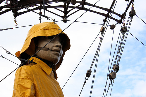 La Petite Géante et son imperméable // The Little Giantess and her raincoat