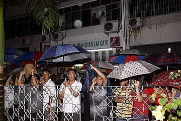 Rakyat waiting outside Civic Center for official results