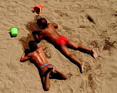 Nedant a la sorra (Zedarr Tsarran) Tags: barcelona sea kids canon mar spain sand catalonia nios arena catalunya nens sorra