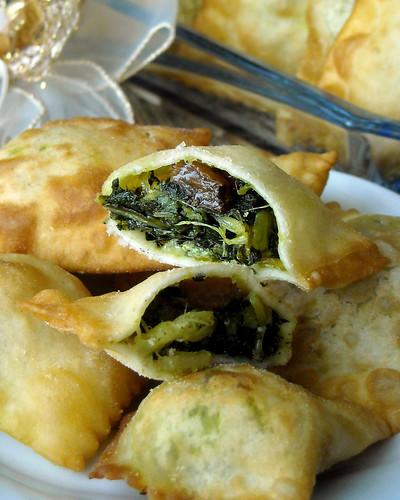 Ravioli fritti con ripieno di coste e uvetta sultanina