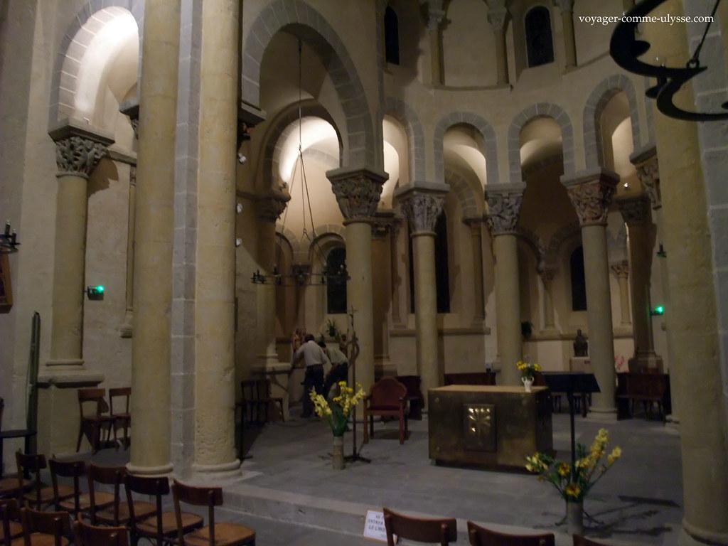Interior da igreja românica de Saint-Nectaire