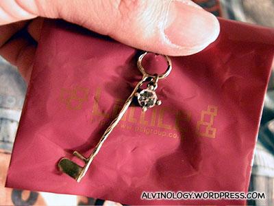 Rachel bought this pendant for 300 yen