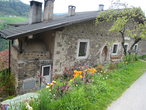Alter Hof mit Backofen im Schlerngebiet bei Völs entlang des Oachener Höfeweges