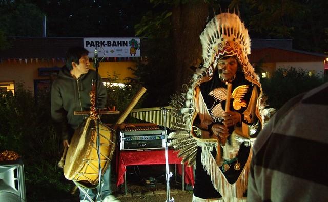 ein Indianer vor der Park-Bahn