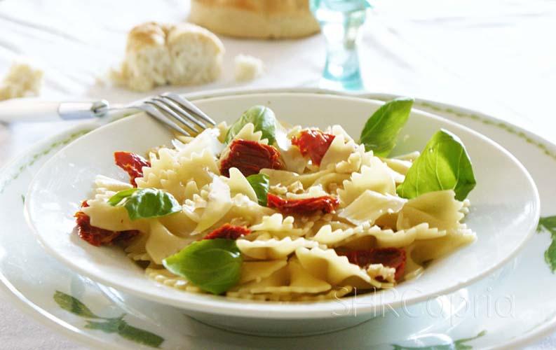 Farfalle pasta, basil, driedsun tomates and walnuts