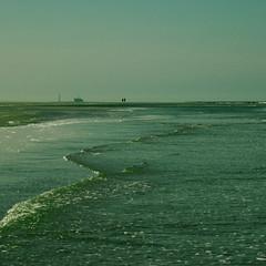 (serni) Tags: people strand sand waves platform nederland silhouettes noordzee away zee foam oil far schiermonnikoog schier dagje golven serni