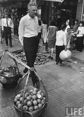 US Ambassador Henry Cabot Lodge Jr. (C) strolling down the street. 9-1963 par VIETNAM History in Pictures (1962-1963)