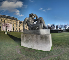 La Montagne - Maillol - 18-01-2009 - 15h52 (Panoramas) Tags: sculpture paris france grass statue les montagne la vanishingpoint perspective arts jardin vert du ombre des ciel dina tuileries nuages lead mtal verte ptassembler carrousel herbe maillol gazon socle plomb etiennecazin pointdefuite smartblend pidestal dcoratifs vierny tiennecazin