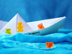 shipwrecked. (*northern star) Tags: blue sea sky orange white verde green blanco water yellow azul canon paper jack agua origami eau barca mare waves ship candy blu towel sugar bleu amarillo gelb giallo fabric panic cielo material grn blau titanic gummybears acqua candies naranja bianco blanc arancio carta gummy arancione onde gomma leonardodicaprio zucchero panico naufragio stoffa caramelle weis orsetti northernstar shipwrecked asciugamano caramella donotsteal eos450d allrightsreserved naufraghi annegamento northernstarandthewhiterabbit northernstar congestione 1855is digitalrebelxsi usewithoutpermissionisillegal northernstarphotography ifyouwannatakeitforpersonalusesnotcommercialusesjustask
