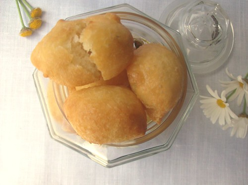 Zeppoline salate alle margherite, pinoli e sale alla vaniglia