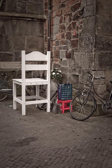 Stoel met fiets en bloemen compositie