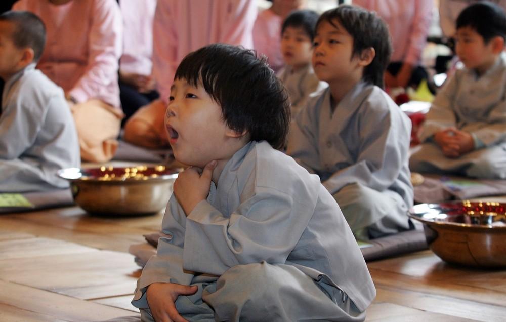 Дети становятся буддийскими монахами